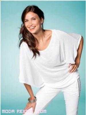 Camisetas en blanco con pantalones ajustados