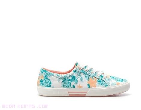 zapatillas de deporte con flores