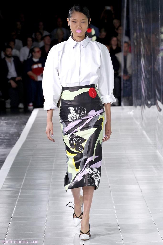 Faldas de tubo con blusas blancas