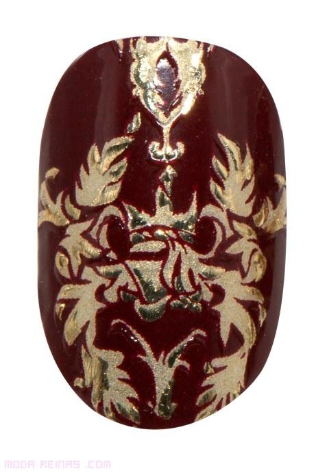 Manicura barroca en granate