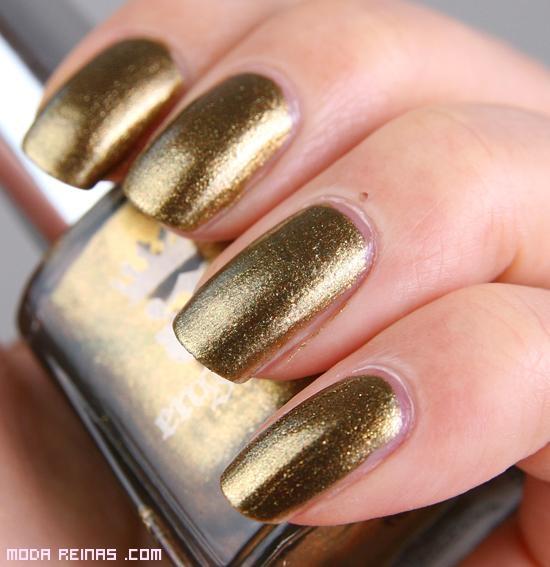 uñas con esmaltes dorados