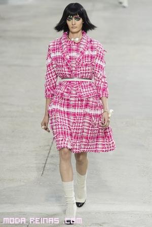 trajes estampados en rosa y blanco