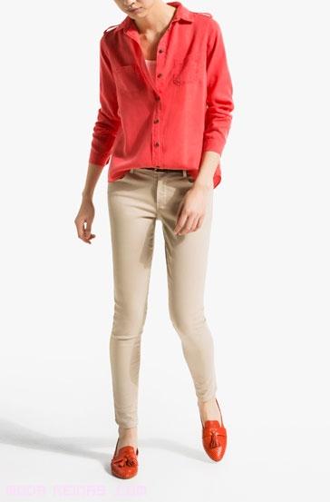Pantalones ajustados con blusa