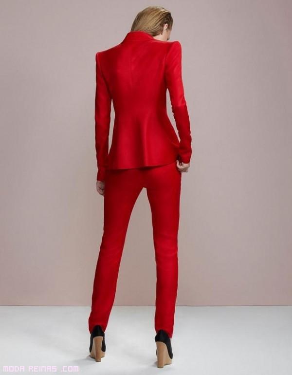 traje de pantalón y chaqueta en rojo