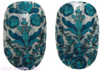 Uñas postizas con flores azules