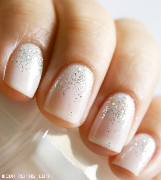 novias con uñas de color blanco