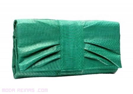 cartera de mano en colores de moda