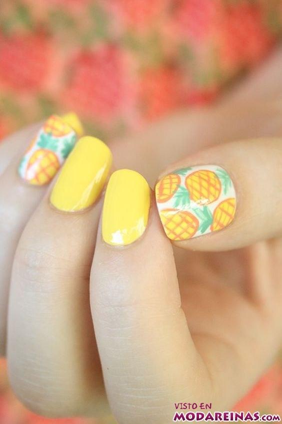 manicura en amarillo con piñas