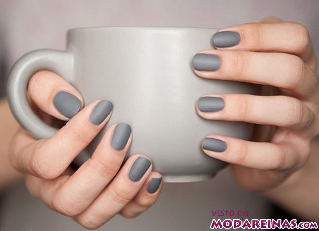Manicura en color gris mate