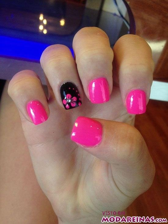manicura en rosa fucsia con flores