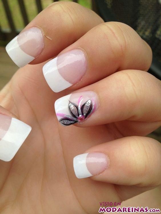 manicura francesa con flor