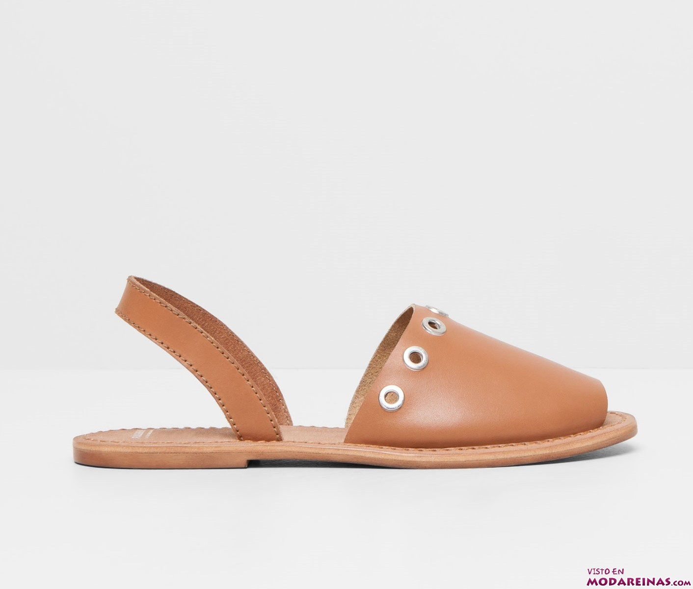 sandalias en marrón con apliques